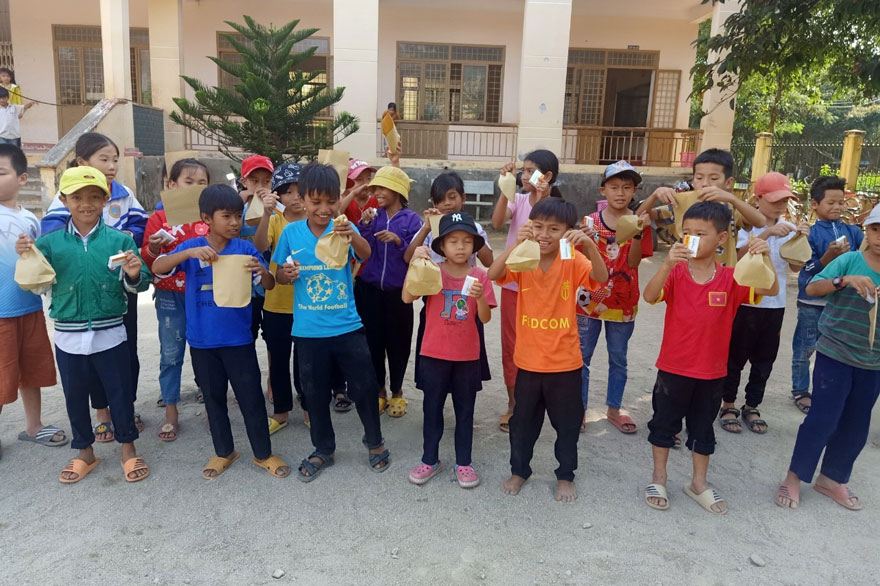 Children receiving deworming pill in Vietnam as part of the CoDe trial aiming to optimise current deworming strategies